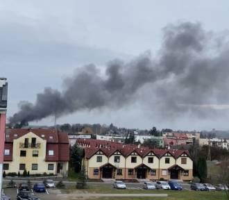 Pniewy. Pożar budynku w mieście. Gęsty dym unosi się nad miastem