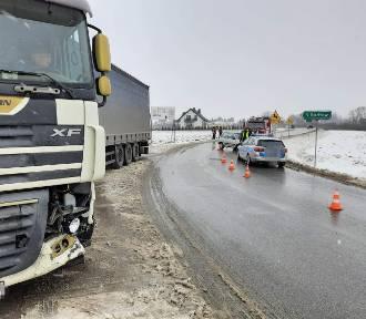 Samochód osobowy zderzył się z ciężarówką pod Tarnowem [ZDJĘCIA]