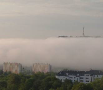 Spływająca mgła z gór w Przemyślu i znikający Kopiec Tatarski [ZDJĘCIA]