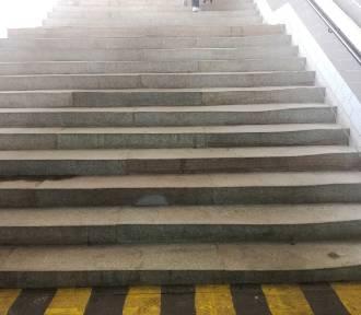 Krzywe schody na dworcu. Ma być ładnie czy bezpiecznie?