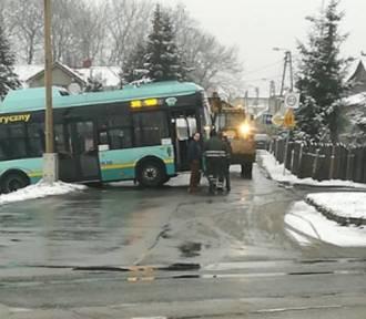 Ale ślisko! W Jaworznie autobus wypadł z drogi