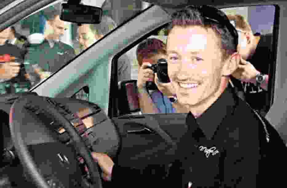 Adam Małysz odebrał w zabrzańskim salonie Inter-Car II kluczyki do nowego mercedesa viano