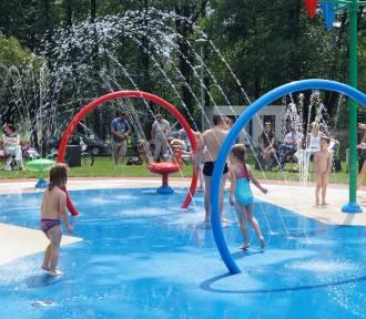 Dzieci szaleją na Pluskadełku. Wodny plac zabaw jest mały, ale przynosi frajdę [FOTO]