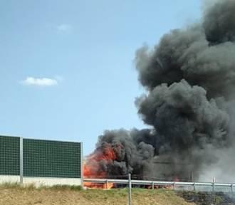 UWAGA. Pożar TIR-a na autostradzie A4. Potężny korek i kłopoty kierowców