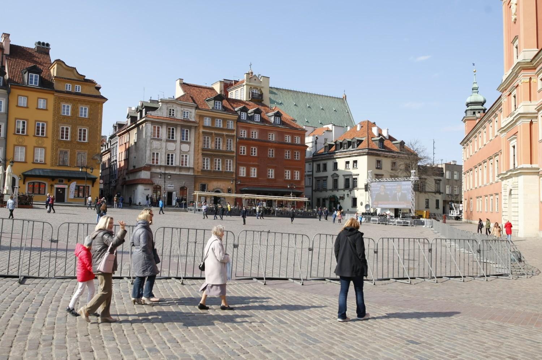 Krakowskie Przedmieście i Plac Zamkowy zagrodzone. Policja oddzieliła barierkami miejsce przemarszu od reszty miasta