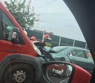 Siewierz: Wypadek na DK1. Zderzyły się dwa samochody osobowe i bus [ZDJĘCIA]