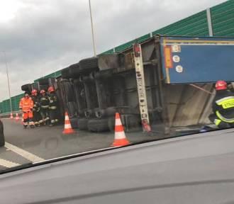Tir przewrócił się na wjeździe na autostradę w Żorach. Droga została zablokowana