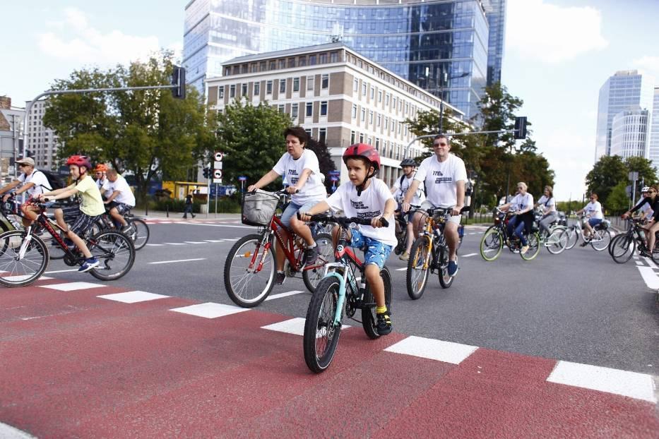 Masa Powstańcza 2021. Tłum rowerzystów przejechał przez Warszawę