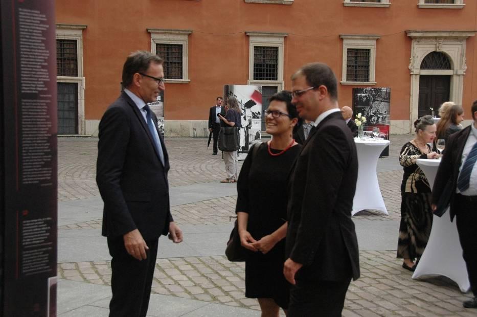 Prezes IPN oraz przedstawiciel Węgier z tłumaczką podczas otwarcia wystawy