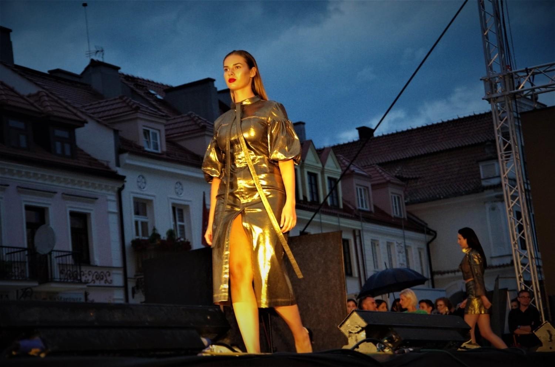 Po burzy, która na godzinę przerwała pokaz po prezentacji trzeciej kolekcji, modelki ponownie wróciły na wybieg