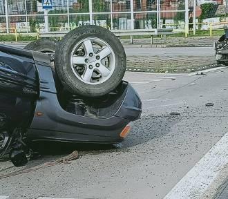 Wypadek w Siewierzu. Jeep dachował po uderzeniu nissana micry, dwie osoby w szpitalu