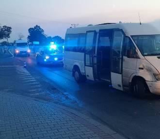 BMW uderzyło w busa z młodymi piłkarzami. Kierowca osobówki uciekł [ZDJĘCIA]
