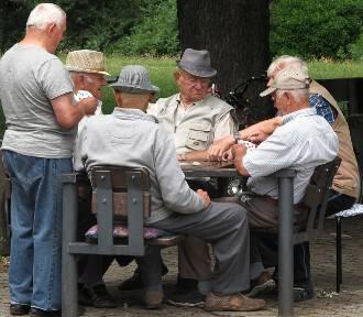 W marcu na konta emerytów wpłynie więcej pieniędzy. Wiemy ile!