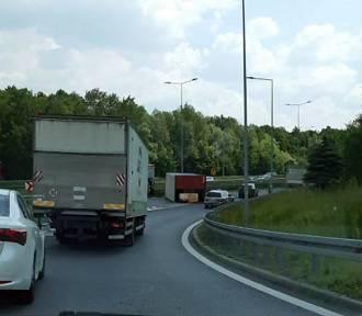 Wypadek w Katowicach. Naczepa przewróciła się na wjeździe w A4