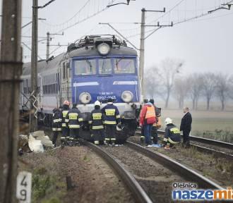 Śmierć na przejeździe kolejowym w Dąbrowie [ZDJĘCIA Z MIEJSCA ZDARZENIA]