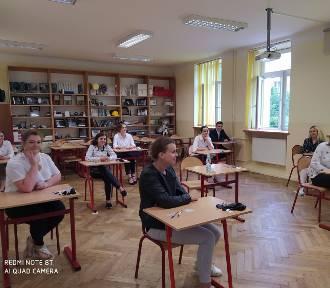 Matura 2020. W Liceum Ogólnokształcącym w Poddębicach dziś maturzyści zmagają się z geografią