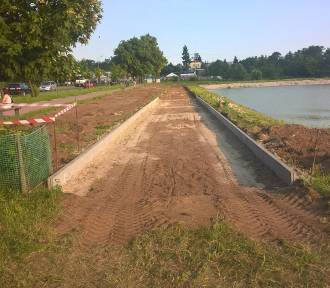 Ruszyły prace przy budowie ścieżki pieszo-rowerowej wokół zalewu -FOTO