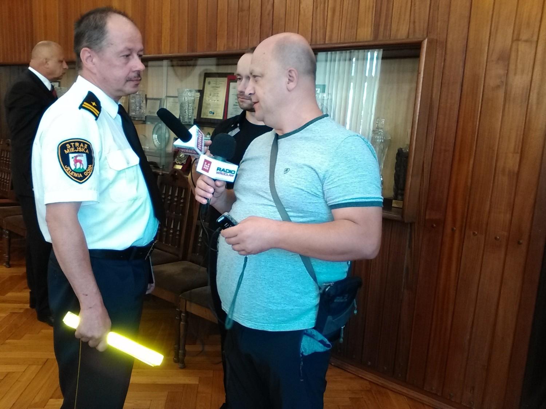 Jacek Winiarski, zastępca komendanta Straży Miejskiej w Jeleniej Górze: warto nosić opaski odblaskowe przez cały dzień, także w mieście