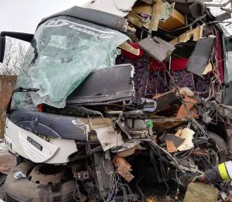 Wypadek autobusu koło Kamiennej Góry. Są ranni. Droga zablokowana