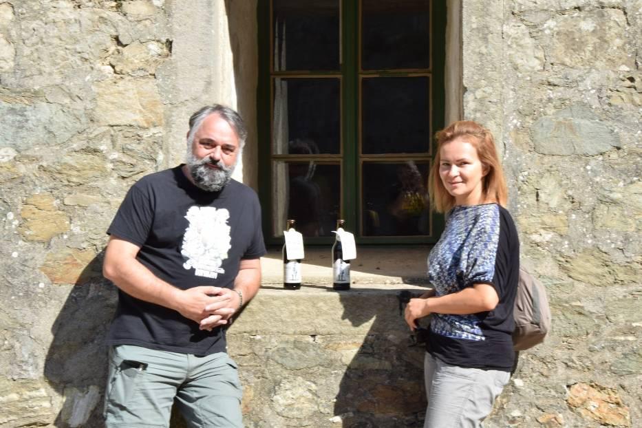 Hubert Krech i Joanna Stoklasek-Michalak prezentują piwo Kirasjer.
