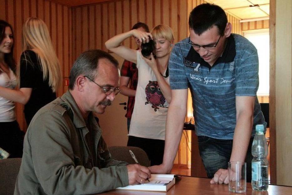 Wojciech Jagielski po spotkaniu z uczestnikami Wakacyjnej Akademii Reportażu w Siennicy Różanej