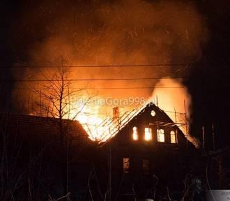 Groźny pożar budynku, wybuchła butla z gazem