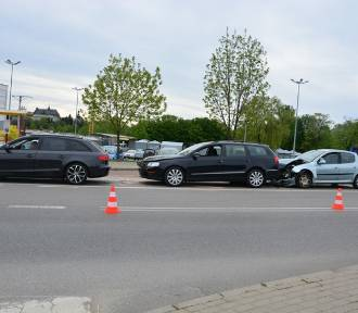 Kraksa trzech aut na ul. Niepodległości. 20-latka dostała mandat FOTO