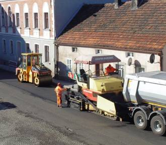 KOBYLIN: Układają nową nawierzchnię jezdni w centrum miasta!