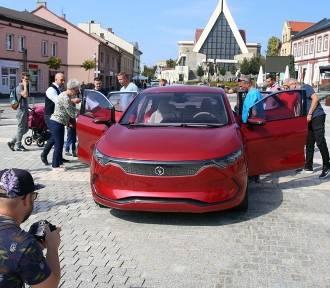 Izera przyjechała do Jaworzna. Dwa samochody elektryczne prezentują się mieszkańcom