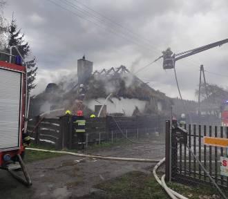 Pożar domu w Łasku. W akcji kilkudziesięciu strażaków