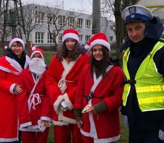 Patrole policjantów odbywane wspólnie z Mikołajami