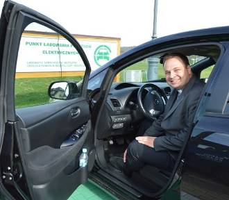 Stary Sącz. Pielgrzymi w Opoce mogą testować elektryczny samochód