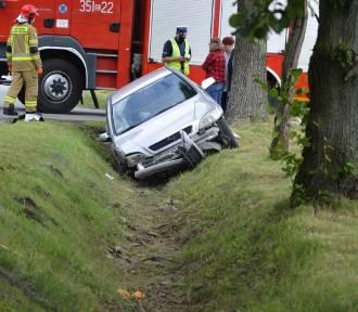 Policja, straż pożarna i nieprzejezdna droga - bilans dzisiejszego wypadku na obrzeżach Skierniewic