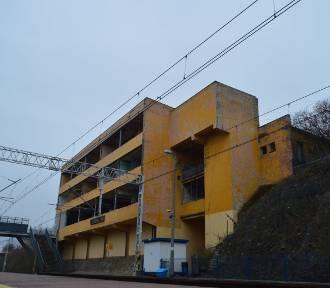 Szkarada jak stała tak stoi! Zobacz jak wygląda teraz budynek dawnego dworca Zgorzelec Miasto