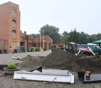 Prace ekshumacyjne na dziedzińcu muzeum w Radogoszczu [ZDJĘCIA]