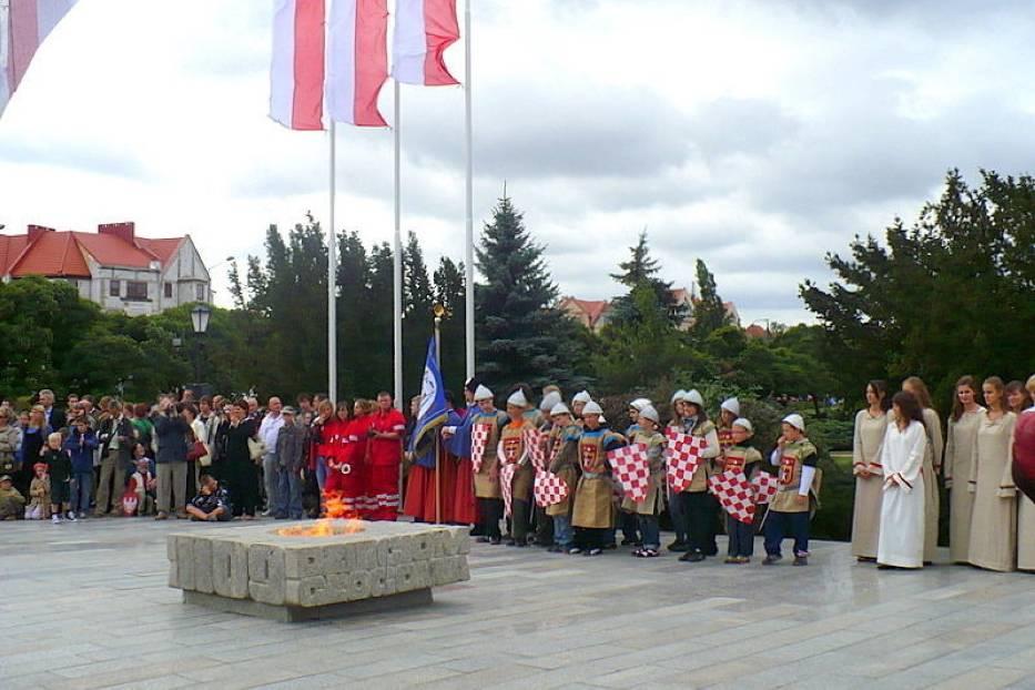 Mieszkańcy Głogowa licznie przybyli pod Pomnik Dzieci Głogowskich, by oddać hołd obrońcom sprzed 900 lat