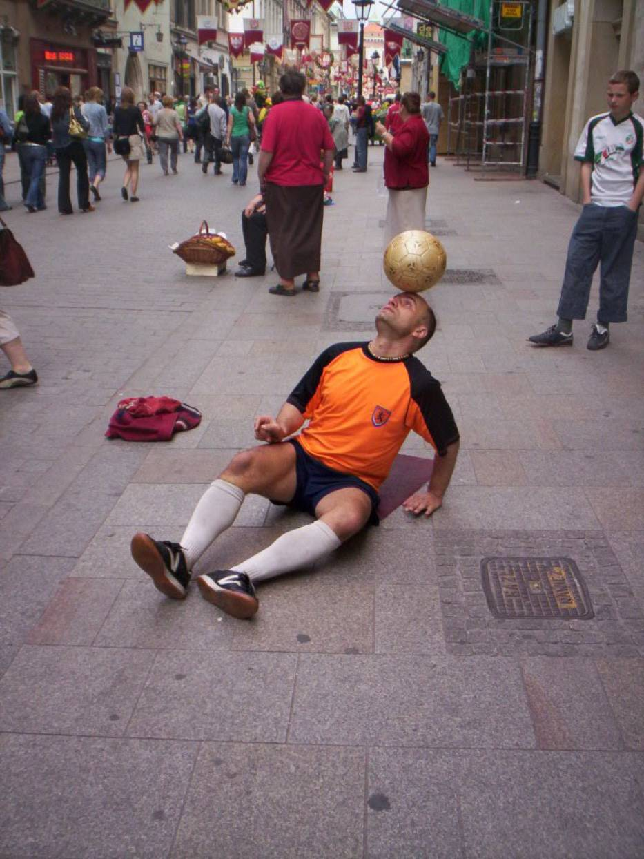 Raz piłka na głowie ląduje