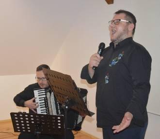 """Znane utwory w kaszubskiej aranżacji - w Kartuzach wystąpił zespół """"We Dwa Kònie"""" [ZDJĘCIA, WIDEO]"""