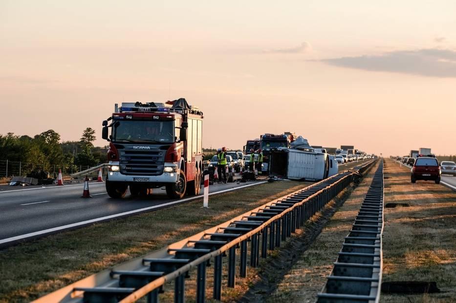 Wypadek na A2: Autostrada zablokowana na trasie Poznań - Warszawa. Przewrócił się bus [ZDJĘCIA]