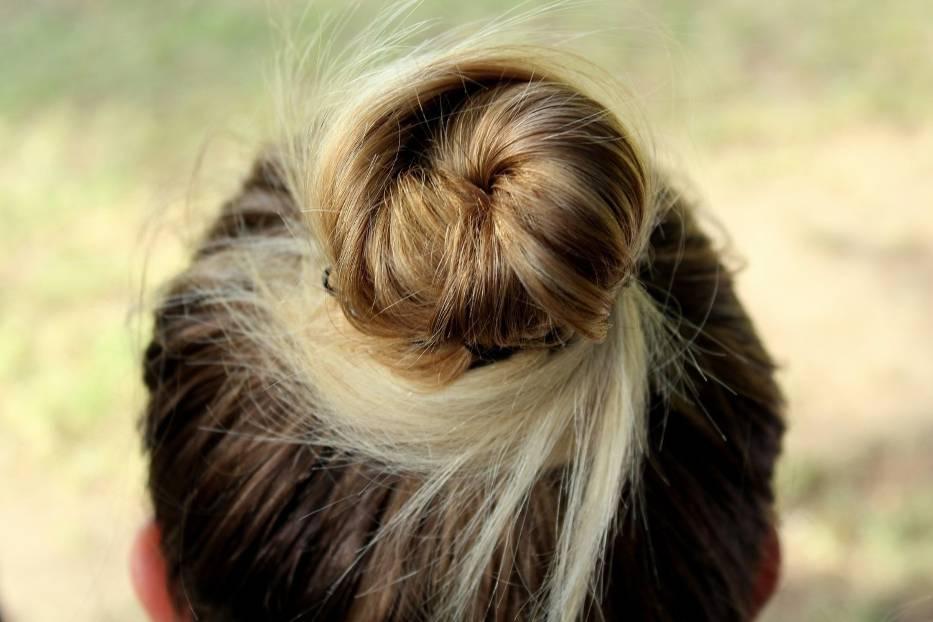 Double buns, czyli fryzura na dwa koki stała się hitem 2020 i 2021 roku