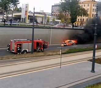 Pożar samochodu na al. Mickiewicza w Łodzi [FILM]