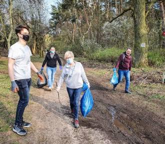 Sprzątali las obok Zamenhofa w przeddzień Dnia Ziemi. Namawiają też mieszkańców