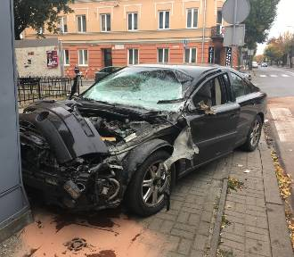 Kolizja na Belwederskiej, Volvo uderzyło w ciężarówkę