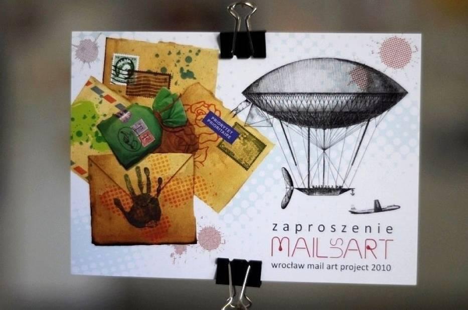 Początków mail artu jedni dopatrują się w okresie dadaizmu - awangardowego ruchu literacko-artystycznego z początku XX wieku (lata 1916-1923), inni w latach 60