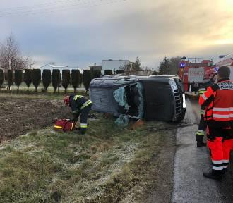 Uwaga na śliską jezdnię! Wypadki drogowe w Wierzchlesie i Popowicach [FOTO]