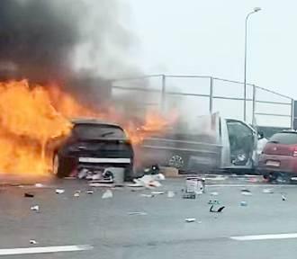 Wypadek na autostradzie A4 w Gliwicach. Auto stanęło w ogniu