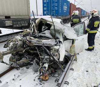Auto zderzyło się z pociągiem na przejeździe kolejowym pod Bydgoszczą [zdjęcia]
