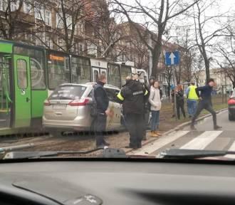 Taksówkarz wjechał w tramwaj. Są poszkodowani [ZDJĘCIA]