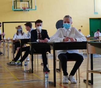 Ósmoklasiści rozwiązują test z matematyki [ZDJĘCIA]