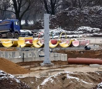 Powstają letnie baseny w Legnicy, są już filary pod zjeżdżalnie wodne